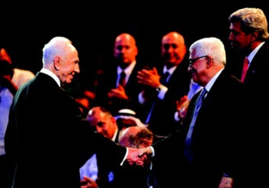 Poignée de mains entre Shimon Peres et Mahmoud Abbas au forum économique mondial