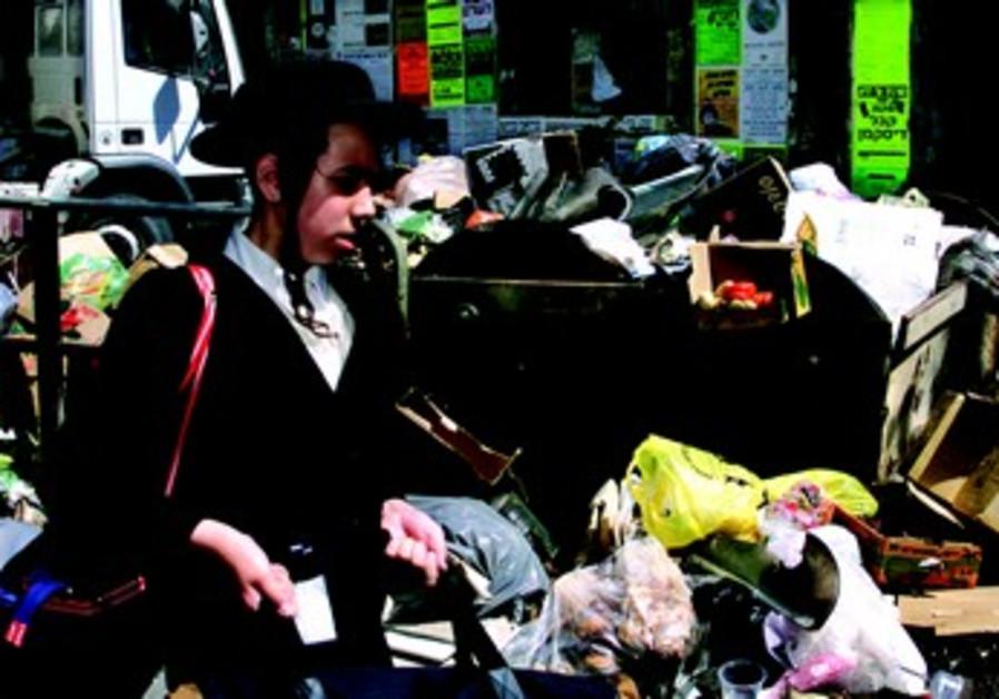 Un jeune haredi devant des ordures