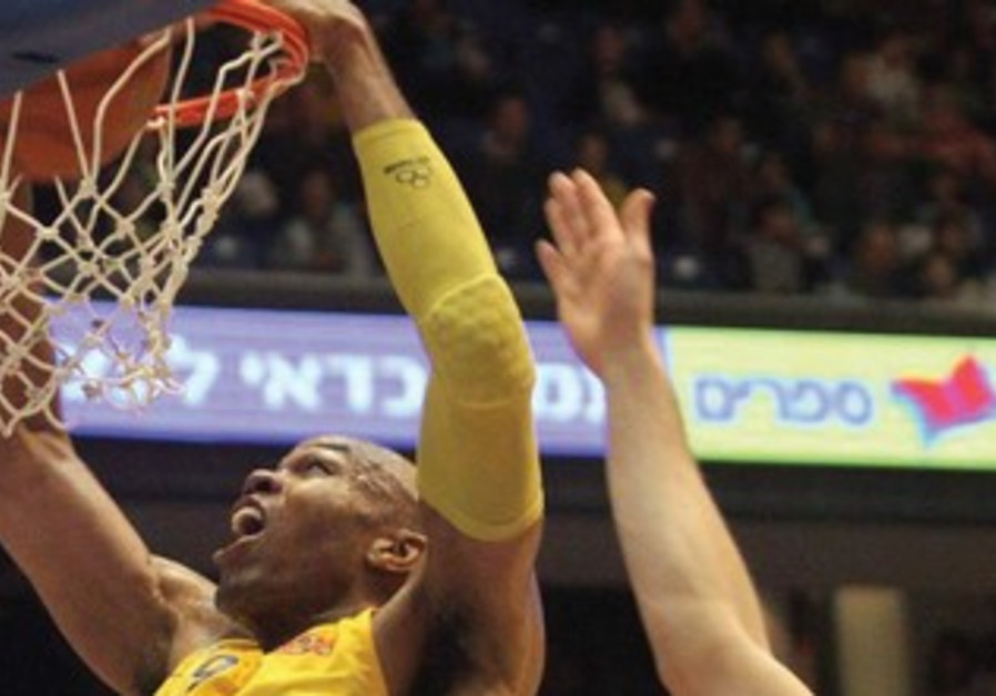 Maccabi Tel Aviv center Alex Tyus