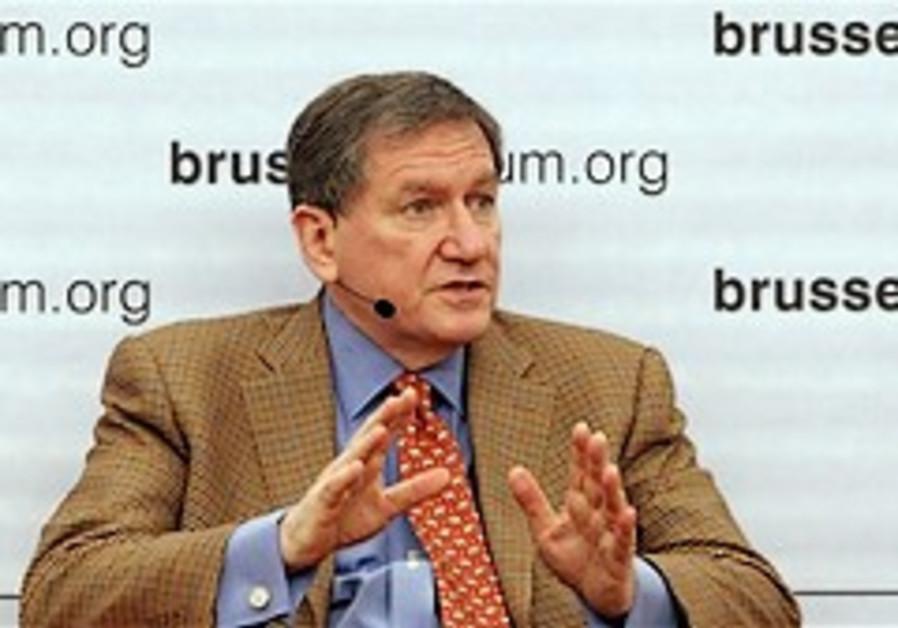 Gates: Harder sanctions on Iran needed