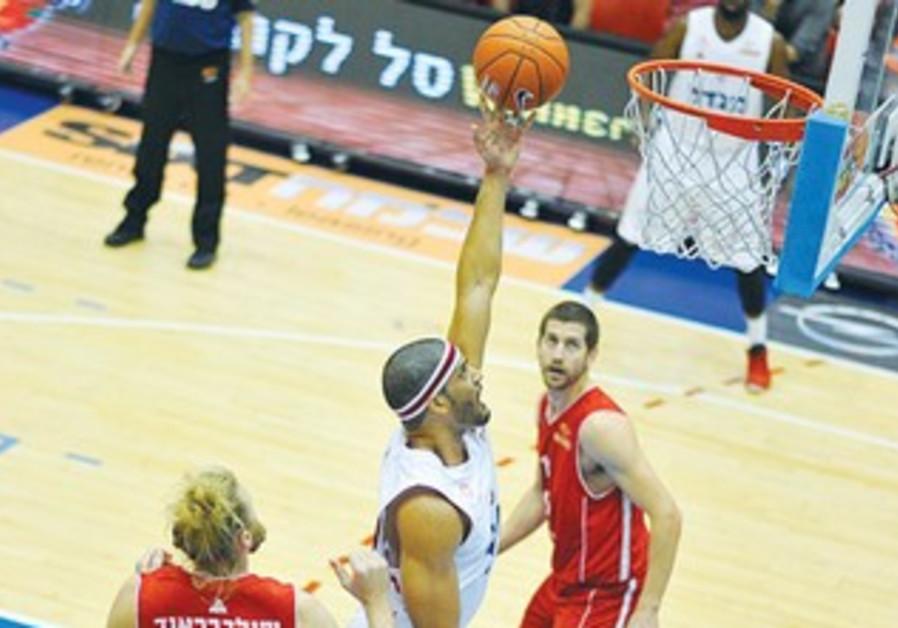 Hapoel Jerusalem 's Josh Duncan (center)
