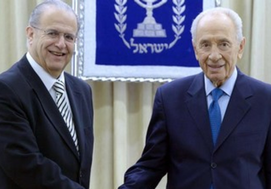 President Shimon Peres with Cypriot FM Ioannis Kasoulide.