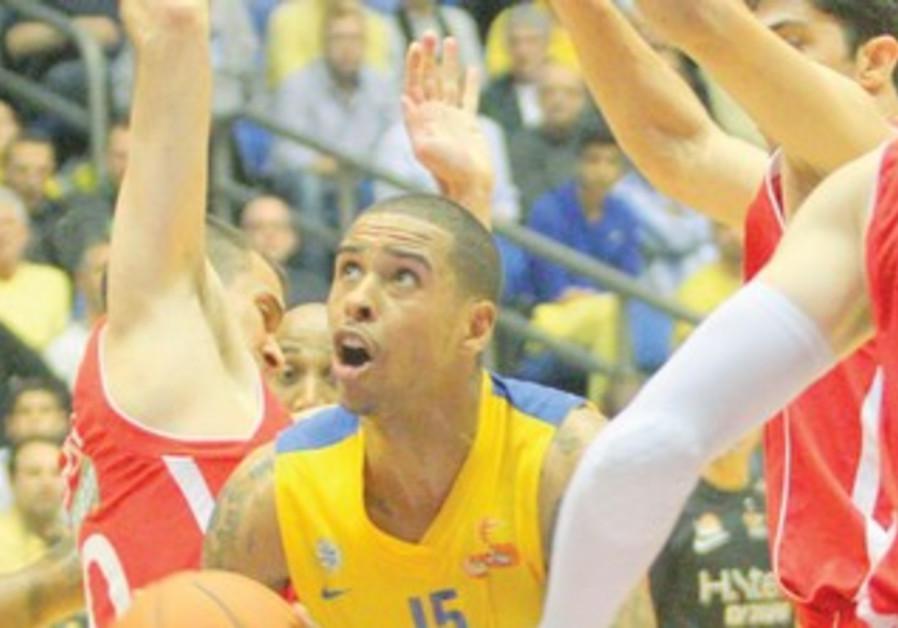 Maccabi Tel Aviv forward Sylven Landesberg (center) scored 16 points against Hapoel Jerusalem.