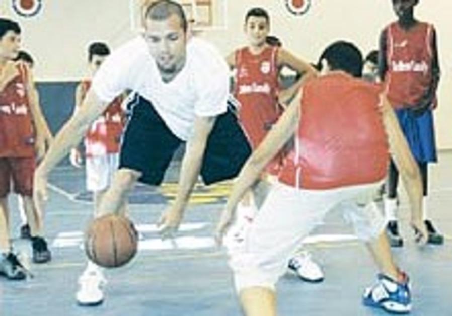 Lakers point guard Farmar teaches coexistence at Kiryat Gat clinic