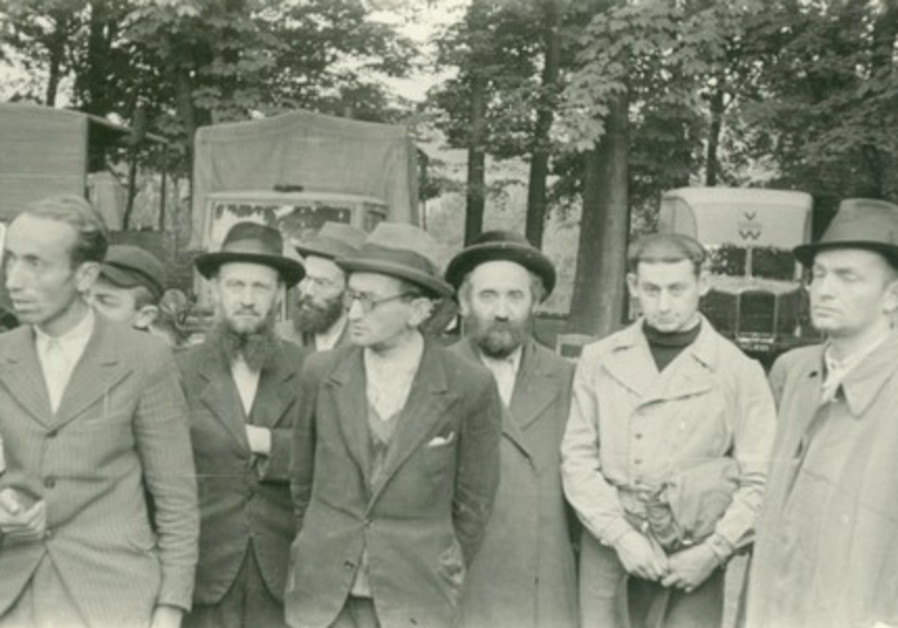 Photo of Jews rounded up for forced labor in Krakow