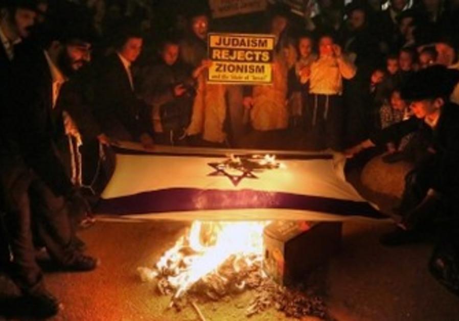 Neturei Karta burn Israeli flag on Independence Day