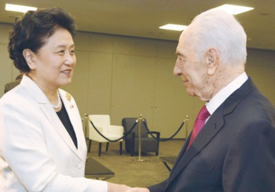 President Shimon Peres speaks with Chinese Vice Premier Liu Yandong