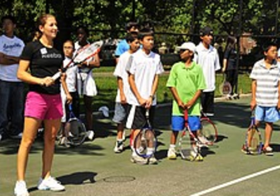 Pe'er takes part in tennis clinic for NY children