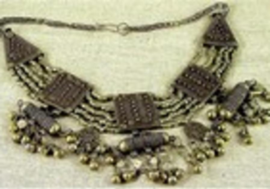 Le collier en argent faisait partie de la dot de la mariee yemenite