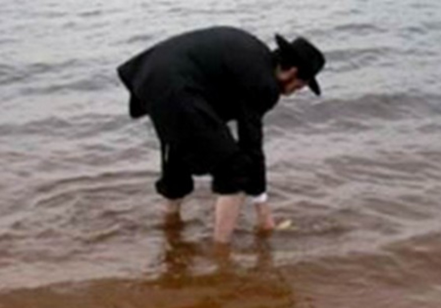 Co-director of Chabad-Lubavitch of Manaus, Brazil, Rabbi Arieh Raichman, uses Amazon River as mikva