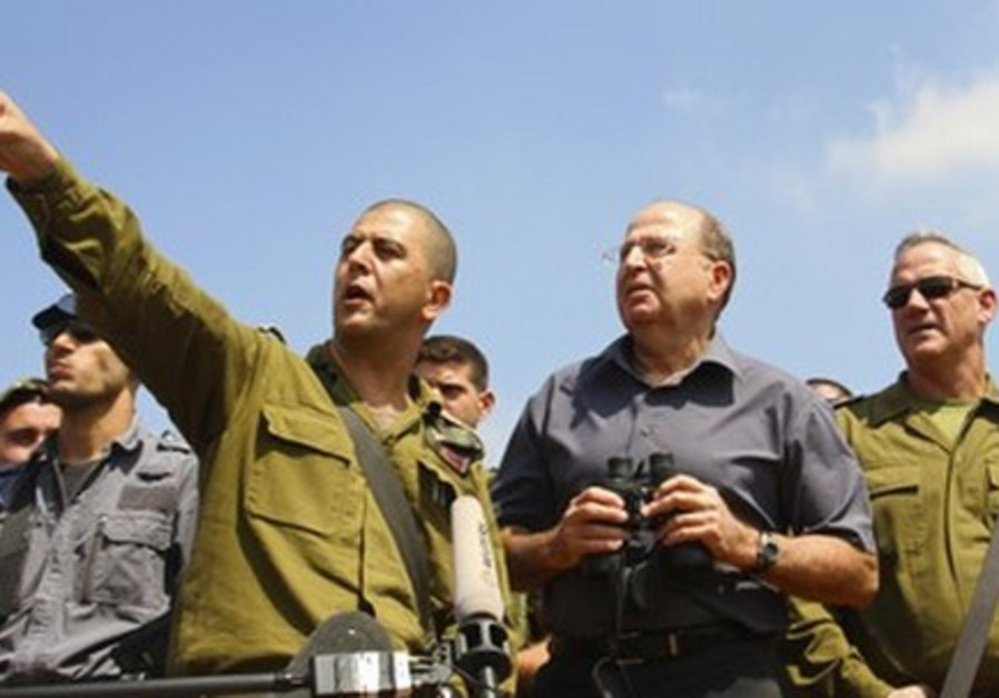 Defense Minister Moshe Ya'alon speaks with soldiers before Rosh Hashana.