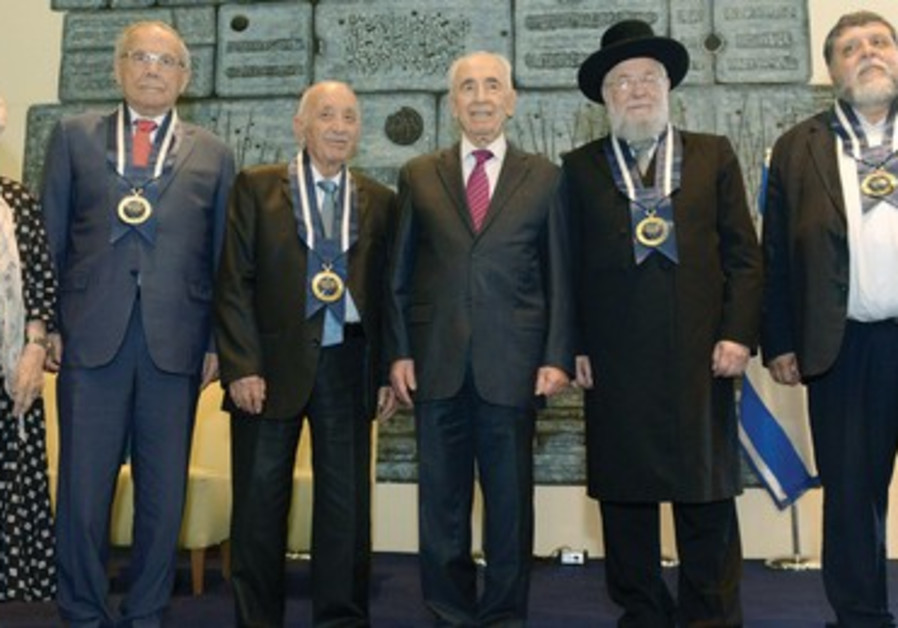 PRESIDENT SHIMON PERES stands with, from left, Ruth Dayan, Stef Wertheimer, Kamal Mansour, Rabbi Isr