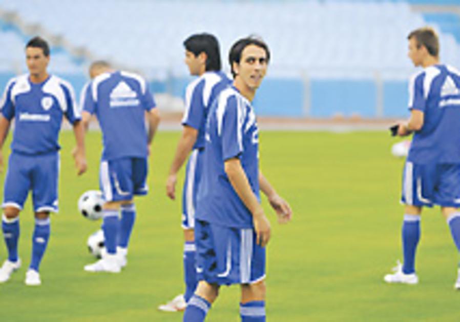 Int'l Soccer: Optimistic Israel squad flies to Greece