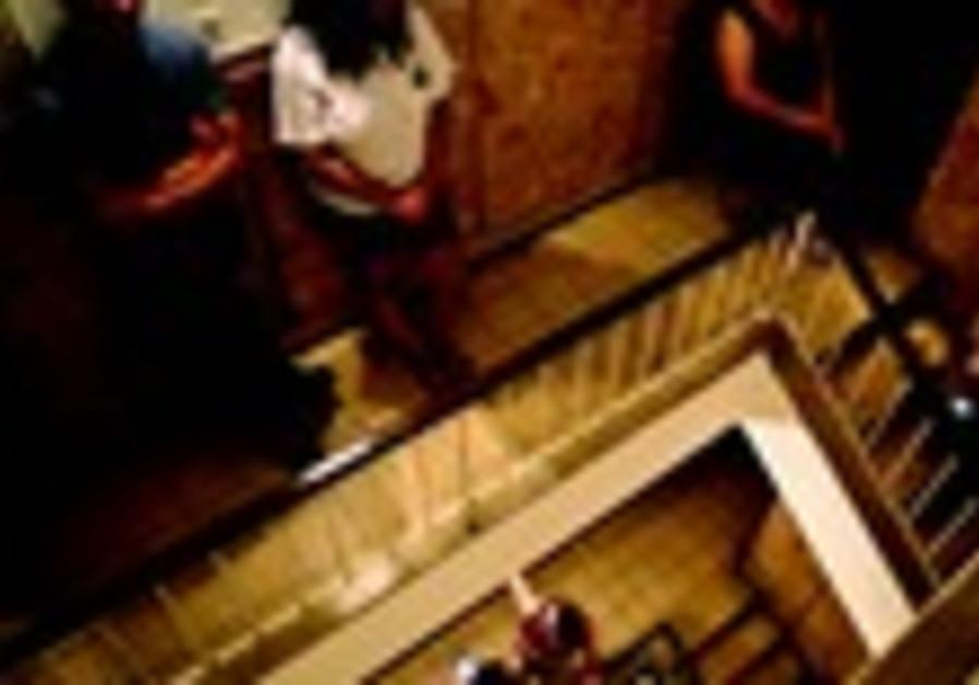 A l'abri dans la cage d'escalier