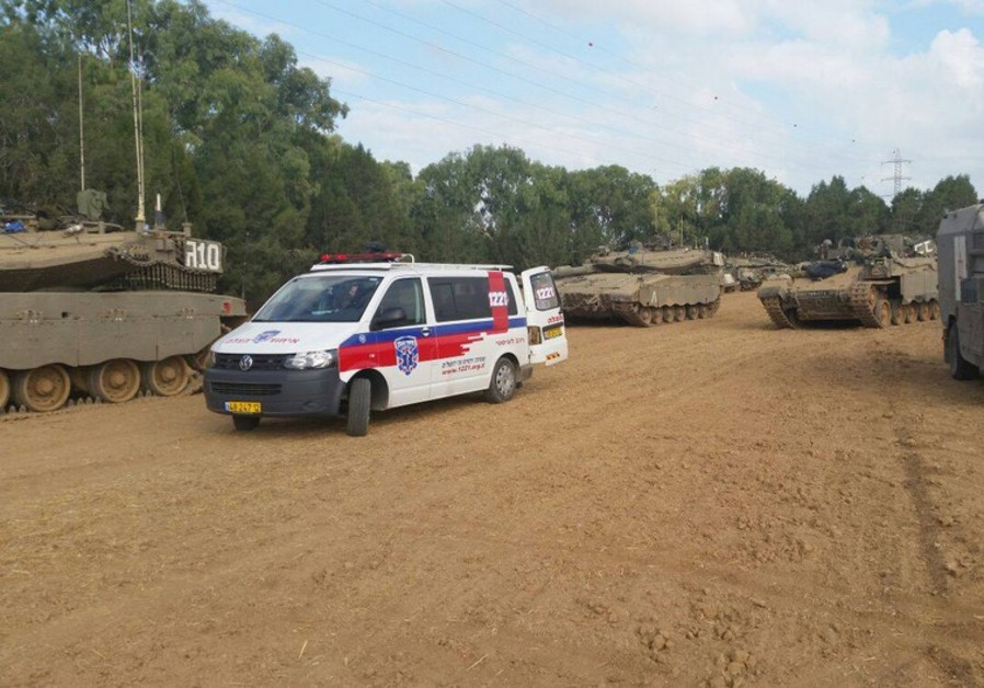 L'ambulance des secouristes au milieu du  camp