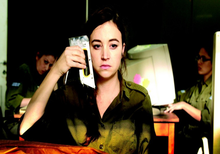 Daffi (Nelly Tagar), une employée de bureau de Tsahal, rongée par l'ennui et la grogne, envisage de