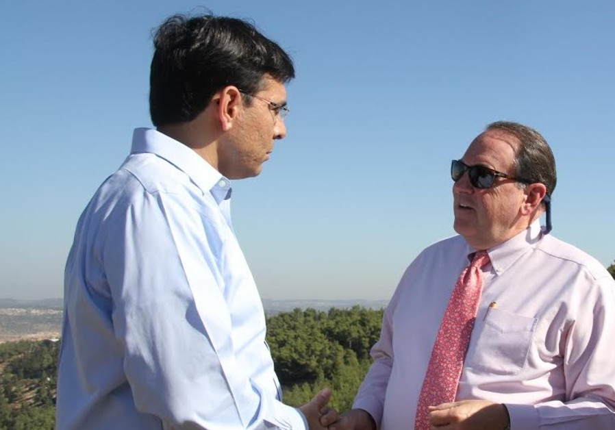 Likud MK Danny Danon and US politician Mike Huckabee in the West Bank, Sept. 7, 2014