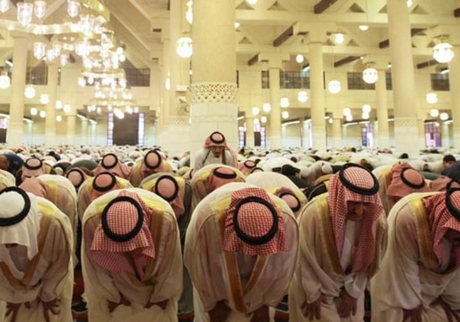 Saudis pray