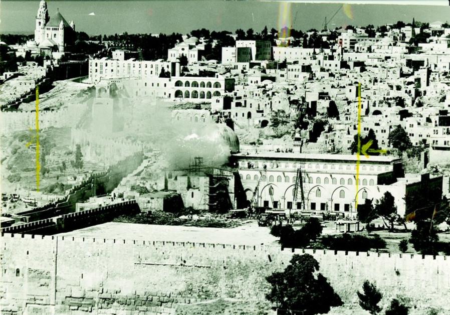Une fumée s'élève de la mosquée al-Aqsa après l'incendie criminel déclenché par Denis Michael Rohan