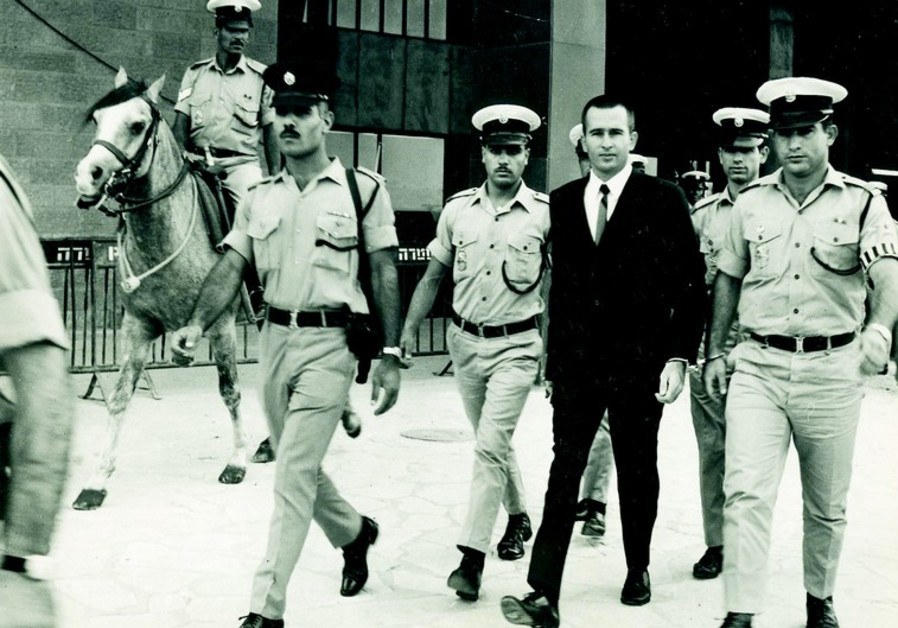 Denis Michael Rohan est conduit par la police à son procès.