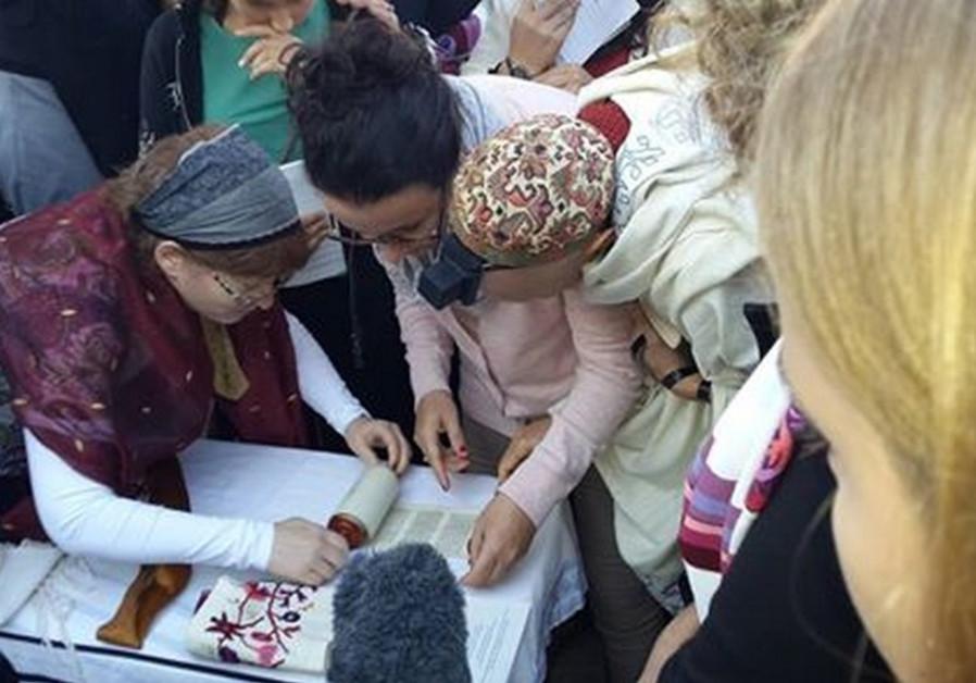 Women praying with Torah at Western Wall, October 24, 2014.