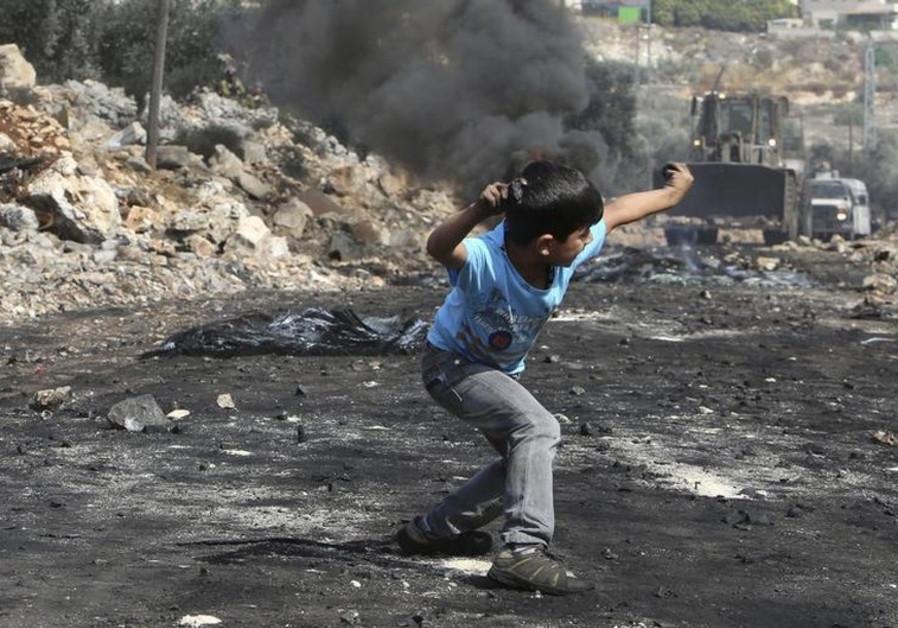 Palestinian throws stones at IDF