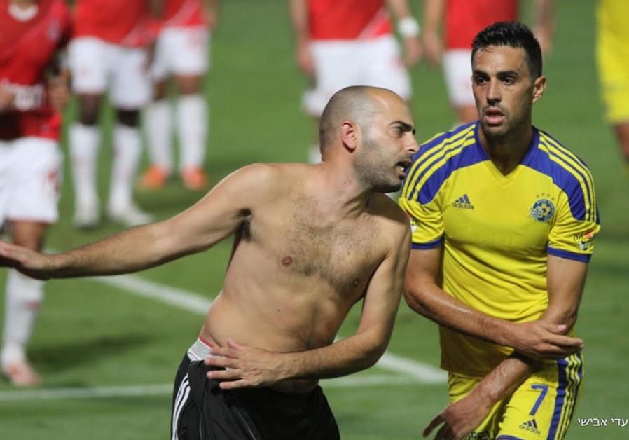 A fan attacks Eran Zahavi