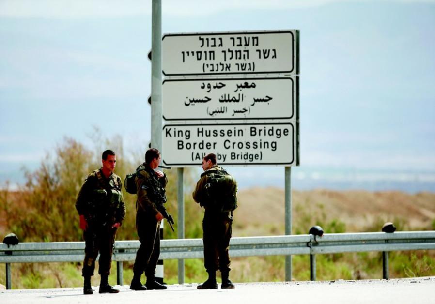 Soldats de Tsahal postés près de l'entrée du pont Allenby, près de Jéricho.