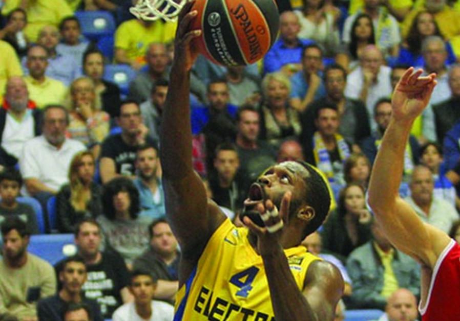 Maccabi Tel Aviv guard Jeremy Pargo goes up for a layup