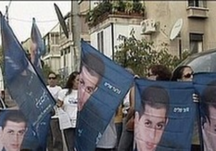 Schalit protest held near Barak's Tel Aviv home