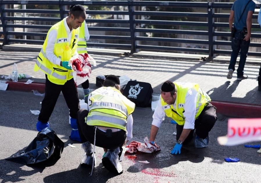 Des secouristes nettoyant la scène de l'attentat à Tel Aviv le 10 novembre