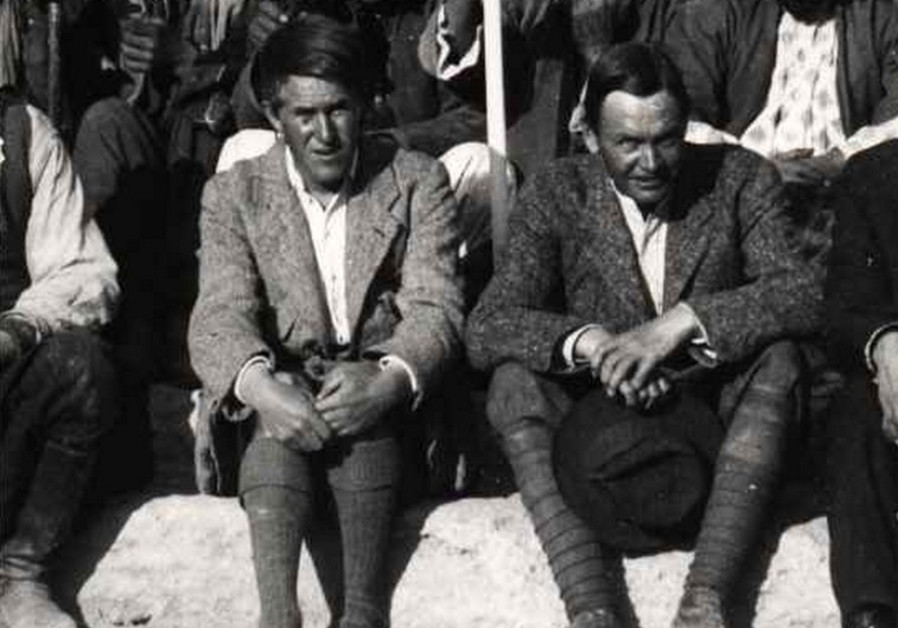 T.E Lawrence (left) seated next to Leonard Woolley in Carchemish in 1913.