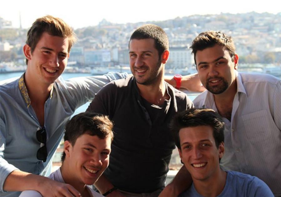 cinq jeunes gens : un catholique, un juif, un musulman, un athée et un agnostique