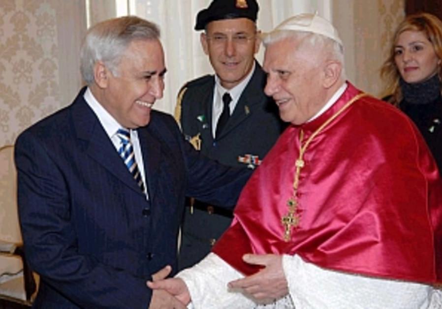 katsav and the pope shake hands smile 298