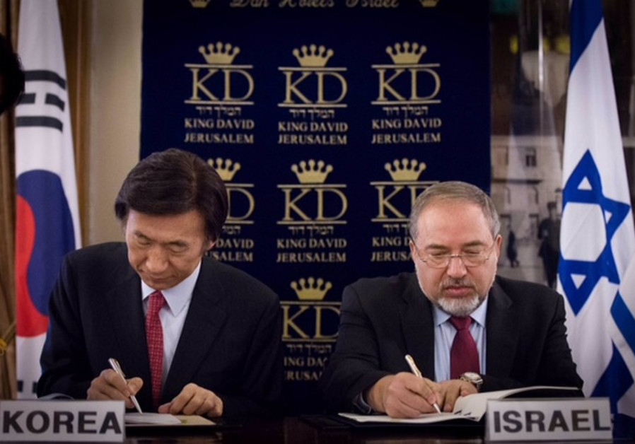 Foreign Minister Avigdor Liberman (R) and the South Korean foreign minister, Yun Byung-se
