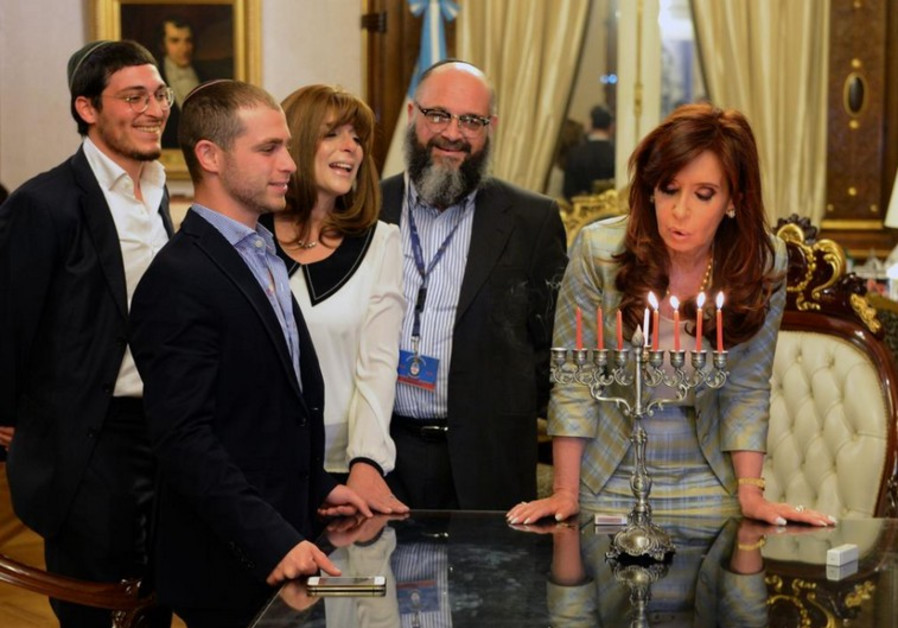 Argentina President Christina Fernandez (R) with an Orthodox Jewish family