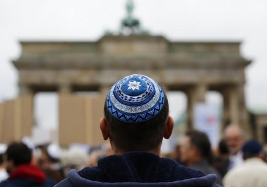 Jewish man hiding kippah under his hat assaulted in Paris