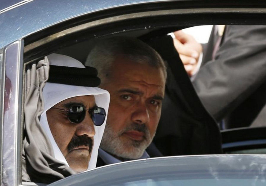 Hamas official Ismail Haniyeh (R) and the Emir of Qatar Sheikh Hamad bin Khalifa al-Thani