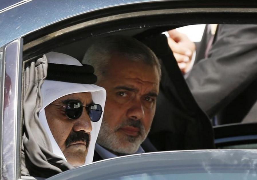 El oficial de Hamas Ismail Haniyeh (R) y el emir de Qatar Sheikh Hamad bin Khalifa al-Thani