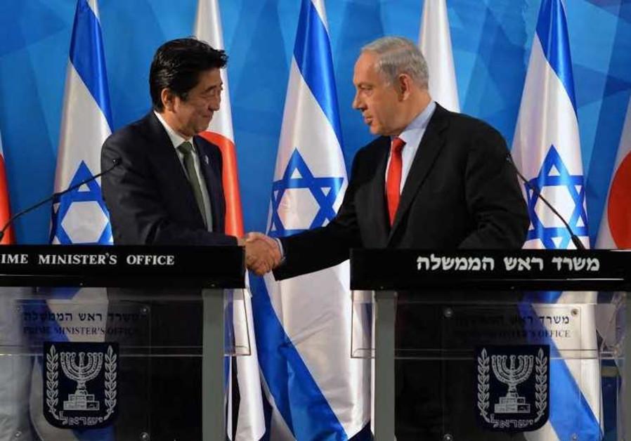 Prime Minister Benjamin Netanyahu (R) welcomes Japanese Prime Minister Shinzo Abe in Jerusalem
