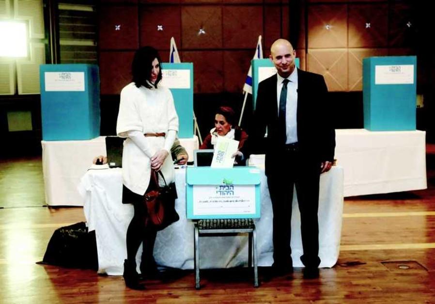 Naftali Bennett et son épouse votent aux primaires de HaBayit HaYehoudi