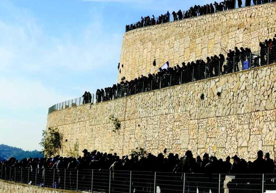 La foule amassée à Givat Shaul pour l'enterrement des 4 victimes