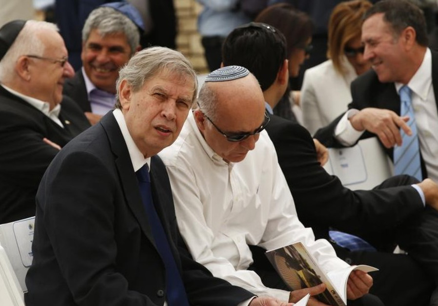 Mossad director Tamir Pardo (L) confers with Shin Bet chief Yoram Cohen