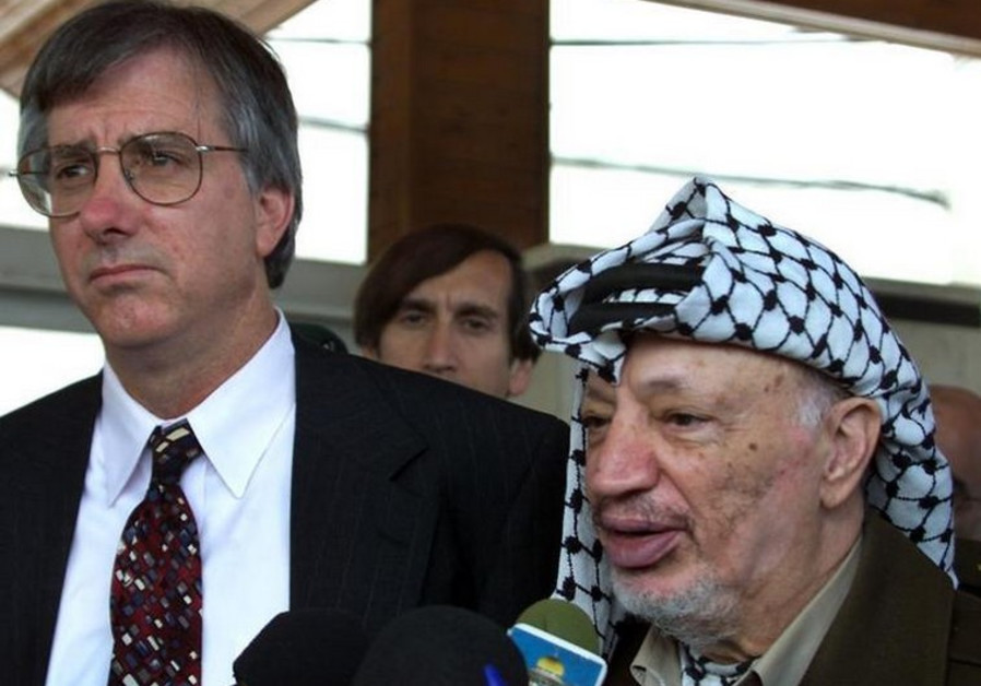Former US peace envoy Dennis Ross (L), seen here with late Palestinian leader Yasser Arafat in 2000