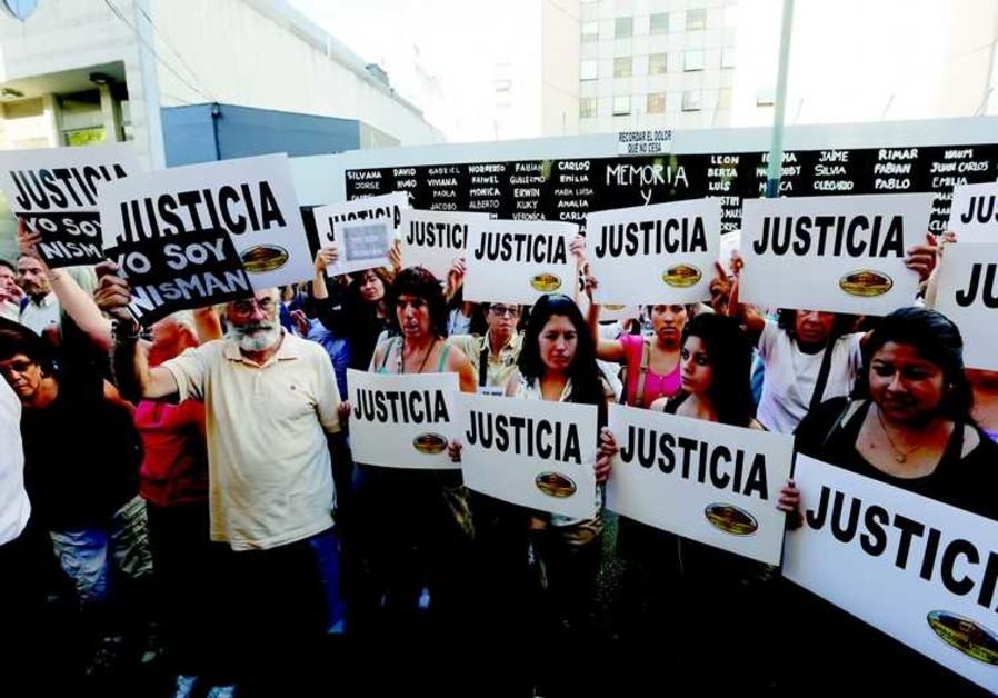 Des manifestants exigent que justice soit faite, devant le centre communautaire juif AMIA à Buenos A