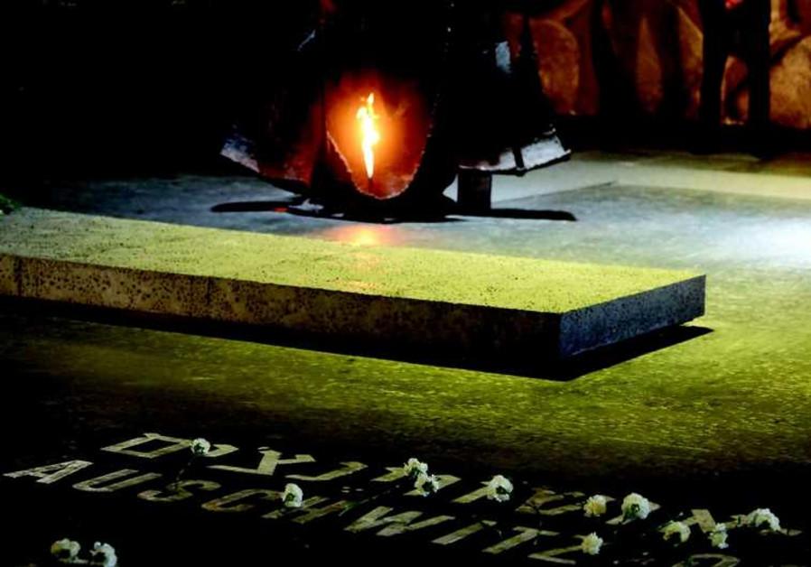 La flamme éternelle dans la crypte de Yad Vashem