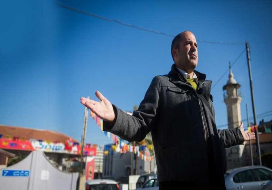 Aryeh King parle aux journalistes dans les rues de Sheikh Jarrah