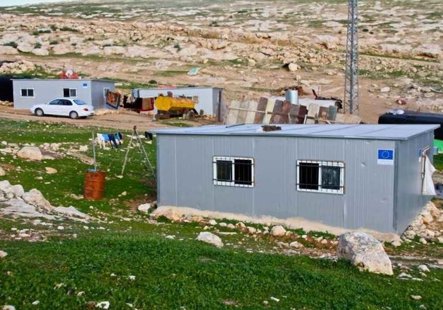 Ces constructions modulaires, situées dans un campement bédouin illégal arborent le drapeau de l'UE