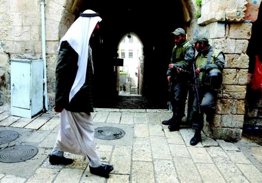 Un homme se rend à la mosquée Al-Aqsa pour la prière du vendredi