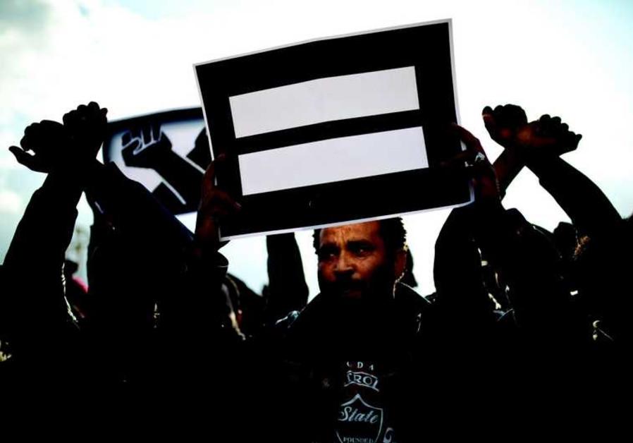 Immigrant africain dans une manifestation contre la politique israélienne de détention à Holot